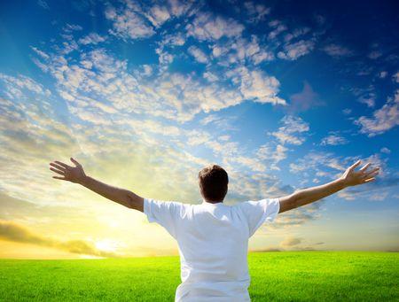 libertad: puesta de sol hombre joven y feliz Foto de archivo