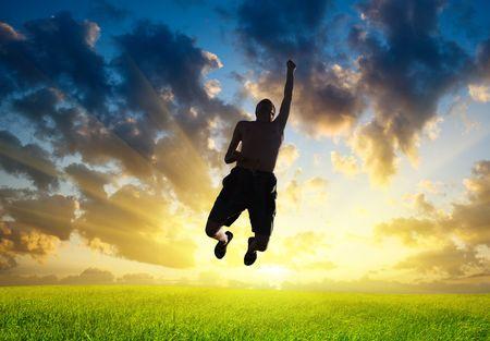 manos levantadas al cielo: superhombre Foto de archivo
