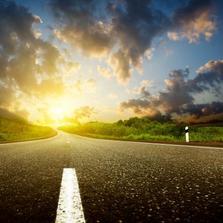autopista: puesta de sol y por carretera