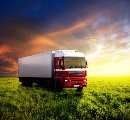 ciężarówka: Field of Grass w zachód słońca i ciężarówki
