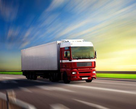 trailer: cami�n en la carretera y la puesta del sol