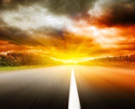 道路、劇的な空をぼかし 写真素材