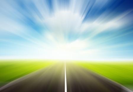 aandrijvingen: groen veld en motion blur weg