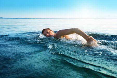 natacion: interior de la joven en el agua de los oc�anos