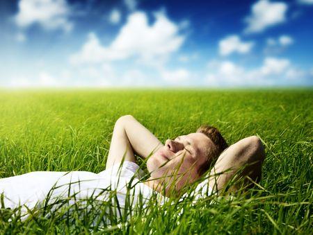 uomo felice: giovane uomo in erba di primavera