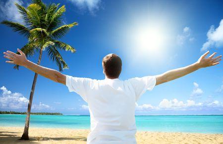 hombre joven feliz en la playa