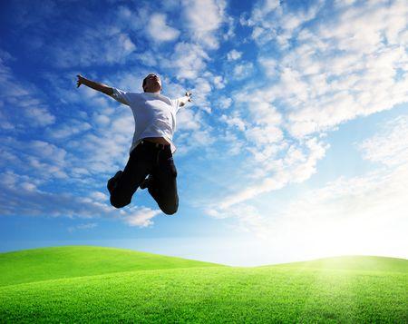 saltando felice giovane uomo