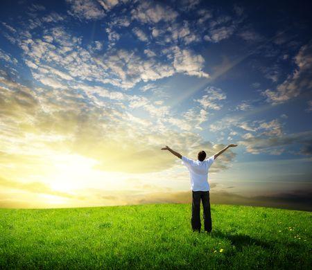 personas saludables: campo de hierba y joven feliz
