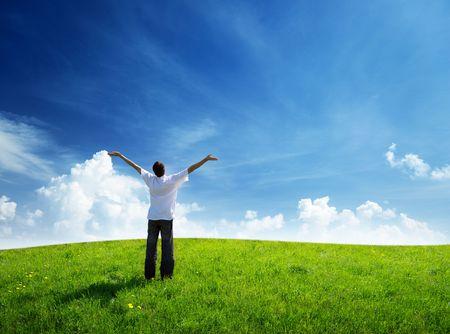 campo de hierba y joven feliz