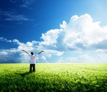 agricultura: resto de hombre joven feliz en el campo de trigo