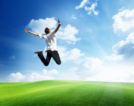 victoire: saut heureux jeune homme