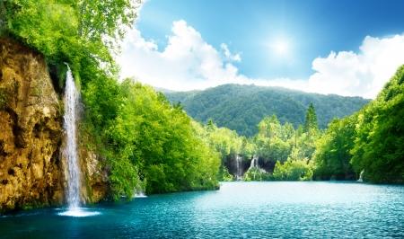 크로아티아의 깊은 숲에서 폭포