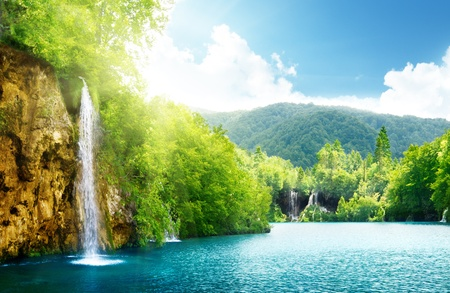 Waterval in diepe bossen van Kroatië Stockfoto - 8731023