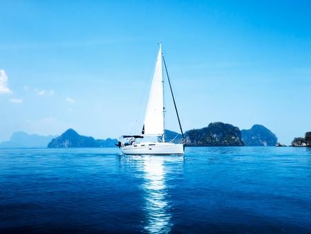 jacht en Oceaan blauwe water Stockfoto