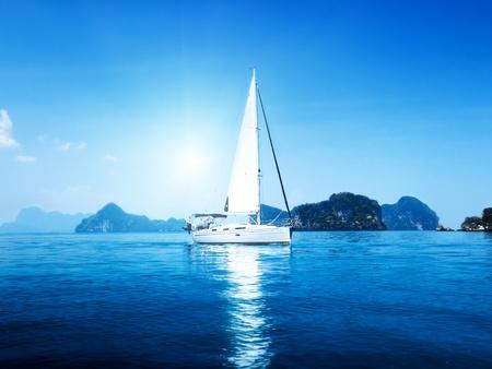 요트와 푸른 물 바다