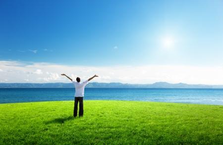 disfrutar: joven feliz en el tiempo de puesta de sol y mar