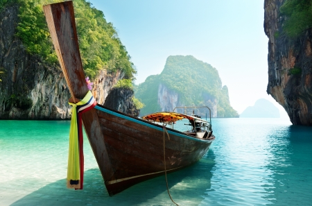 krabi: barca e isole nel mare delle Andamane, Thailandia