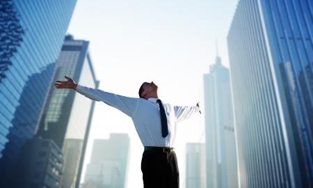 exito: empresario joven feliz y gran ciudad Foto de archivo