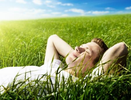 봄 잔디에서 젊은 남자