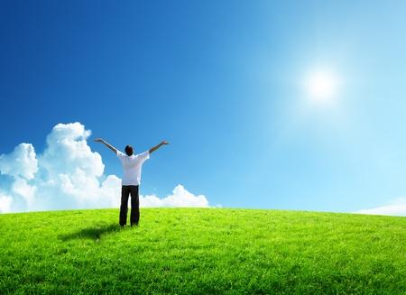 緑の野原に幸せな若い男