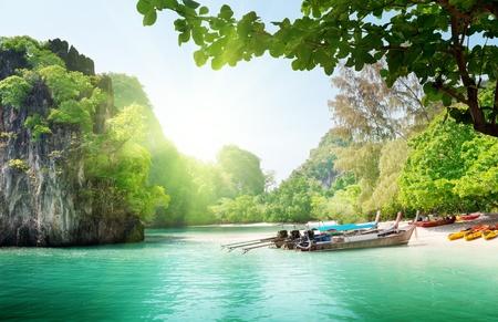 태국 섬에 긴 보트