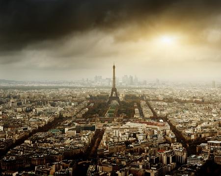 cielo tormenta: Torre Eiffel en Par�s y el cielo tormentoso Foto de archivo