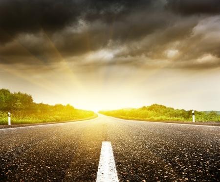 ciel nuageux et la route