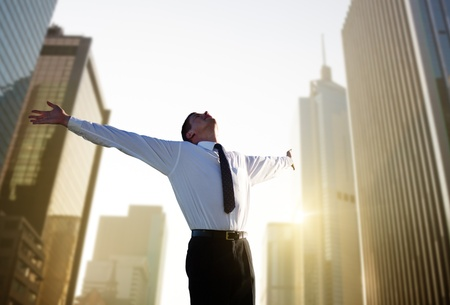 exito: hombre de negocios joven feliz y la gran ciudad