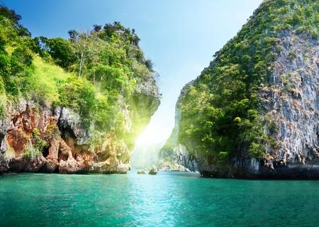 岩とクラビ タイの海
