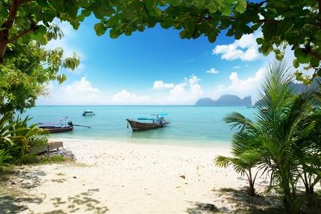 barca lunga su Phi Phi Island in Thailandia