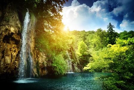 waterval in diepe woud Stockfoto
