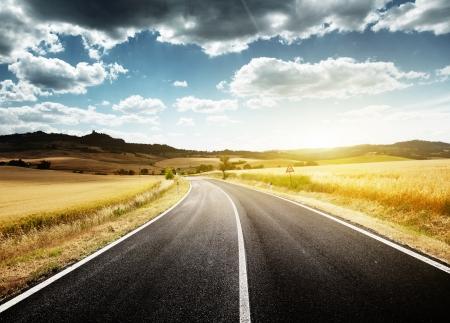 carretera: carretera de asfalto en Toscana Italia
