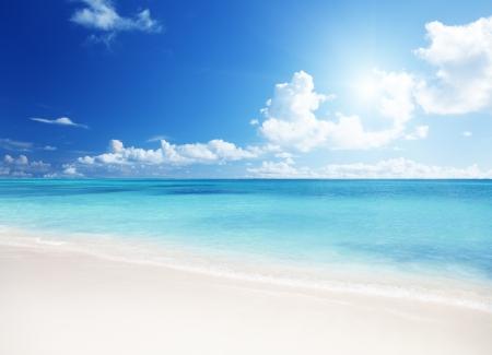 cielo despejado: arena de la playa del Mar Caribe