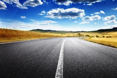 autopista: carretera de asfalto en la Toscana, Italia