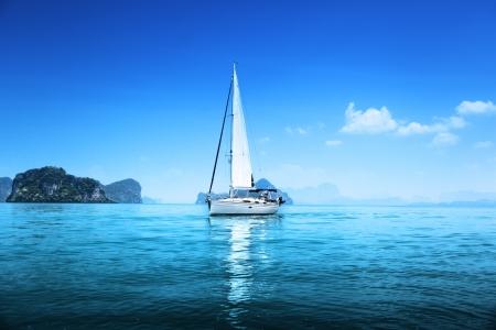 bateau voile: yacht et bleu océan d'eau Banque d'images