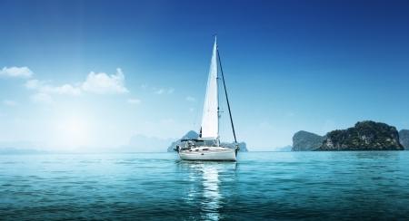 bateau voile: yacht et l'oc�an bleu de l'eau