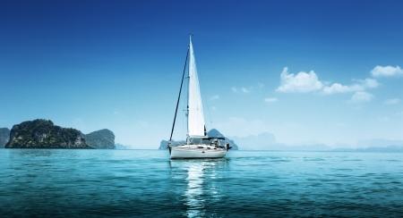bateau voile: yacht et l'océan bleu de l'eau