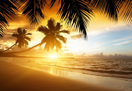 puesta de sol: puesta de sol en la playa del mar del Caribe