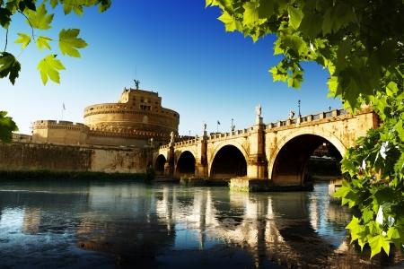 tiber: Fortaleza de San Angel y el r�o T�ber en Roma, Italia Editorial