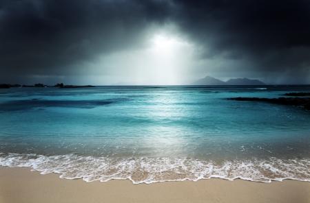 la: dunklen Himmel am Strand von La Digue Island, Seychellen