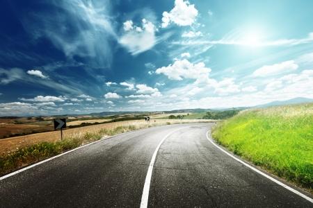 autopista: carretera de asfalto en Toscana Italia