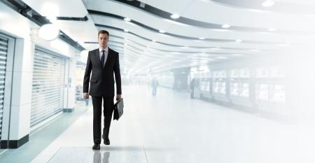 beau jeune homme: homme d'affaires marchant dans le m�tro Banque d'images
