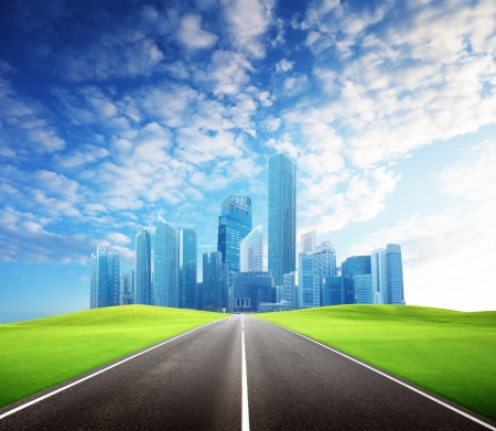 horizonte: Carretera de asfalto y la ciudad moderna