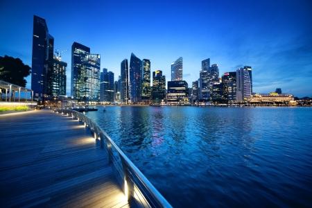 buildings on water: Ciudad de Singapur en la puesta del sol Foto de archivo