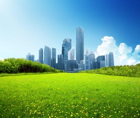 het voorjaar van park en moderne stad
