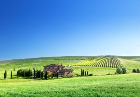 Paysage de la Toscane avec la maison de ferme typique