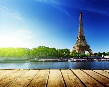 木製デッキ テーブルとパリのエッフェル塔の背景