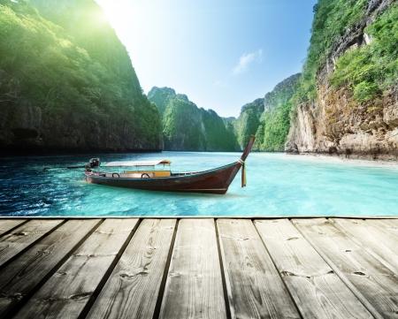 tabla de surf: roca de la isla de Phi Phi en Tailandia y plataforma de madera