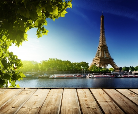 background with wooden deck table and  Eiffel tower in Paris Imagens