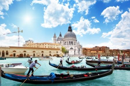 運河や大聖堂サンタ・マリア ・ デッラ ・ サルーテ、イタリアのベニスのゴンドラ